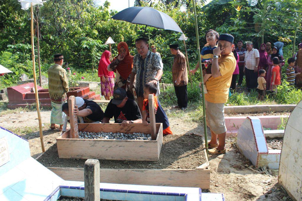 Kiran Bitara Tadda bersama Popu di Makam Nenek Ine
